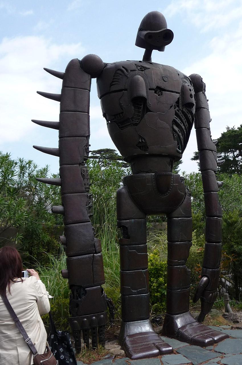 Touriste devant le robot du Château dans le Ciel