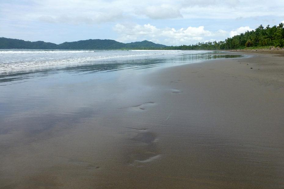 Traces de pas sur la plage