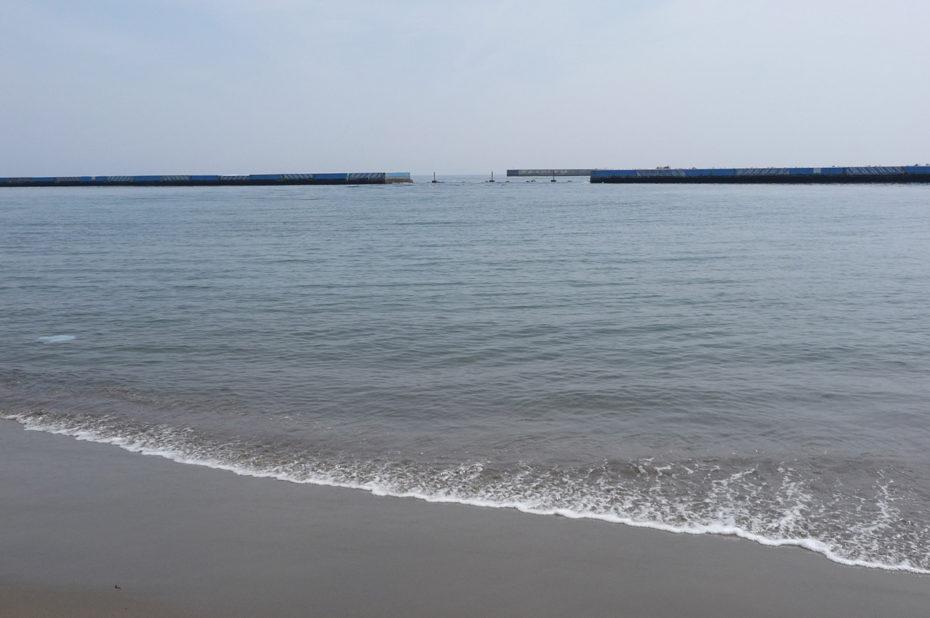 Les eaux de la baie de Sagami se jettent sur la plage d'Atami