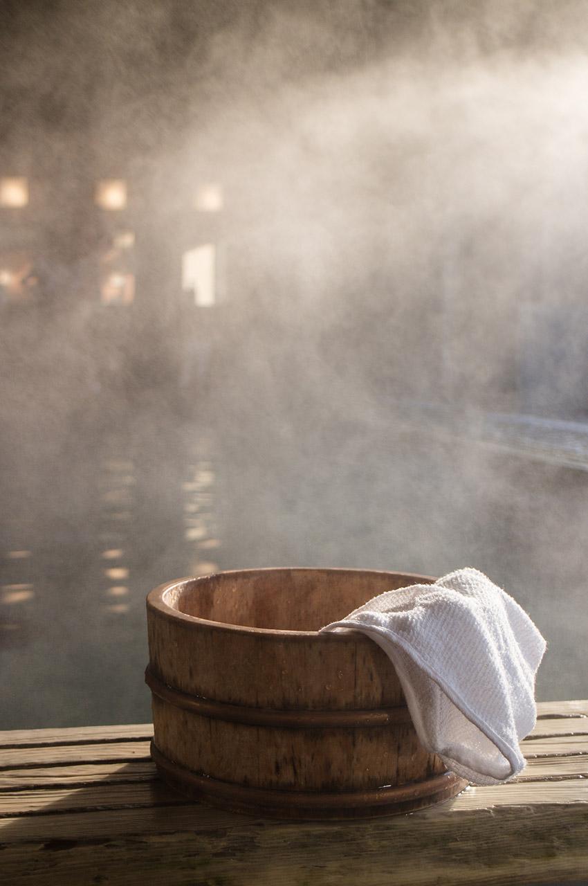 Baquet d'eau chaude et serviette dans un onsen