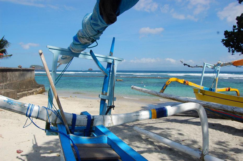 Bateaux sur une magnifique plage de sable fin