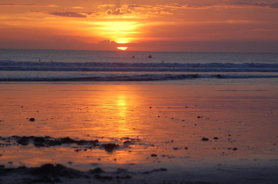 Soleil couchant sur une plage de Bali