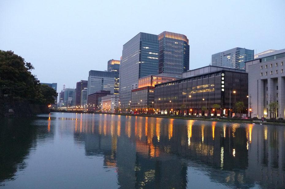 Les douves du palais impérial de Tokyo au crépuscule