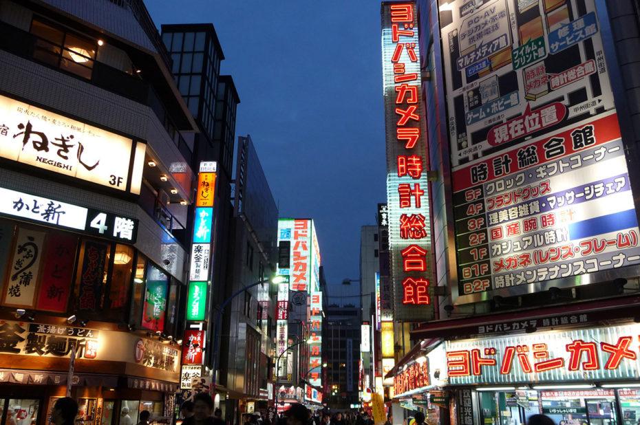 Enseignes lumineuses dans le quartier de Shinjuku