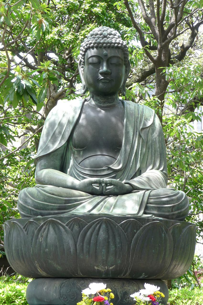 Bouddha dans les jardins du temple Sensō-ji à Asakusa