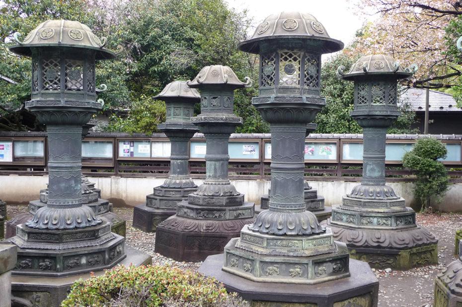 Lanternes de bronze du sanctuaire Toshogu d'Ueno