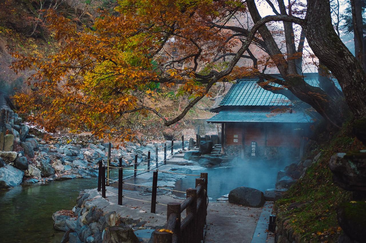 Onsen au bord de la rivière