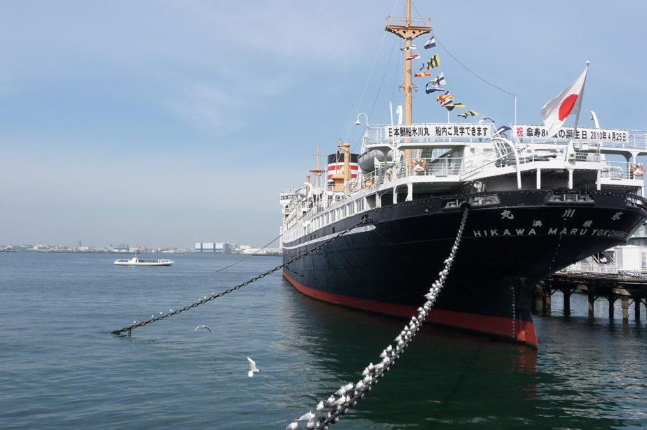 Le paquebot Hikawa Maru dans le port de Yokohama