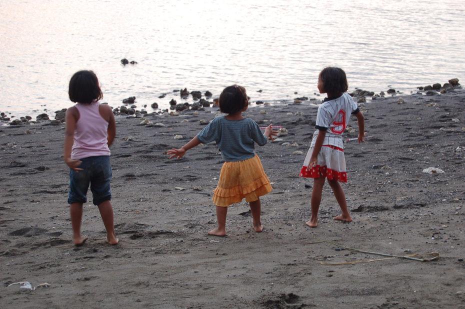 Petites filles, fans de pop music, dansent sur la plage