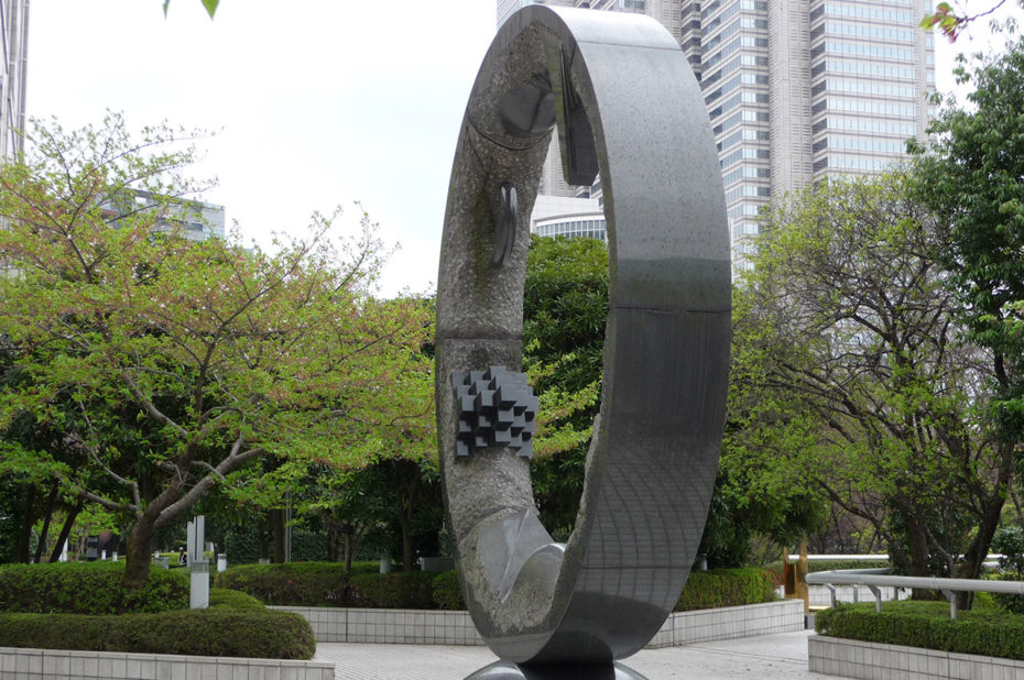 Sur la place devant la mairie de Tokyo