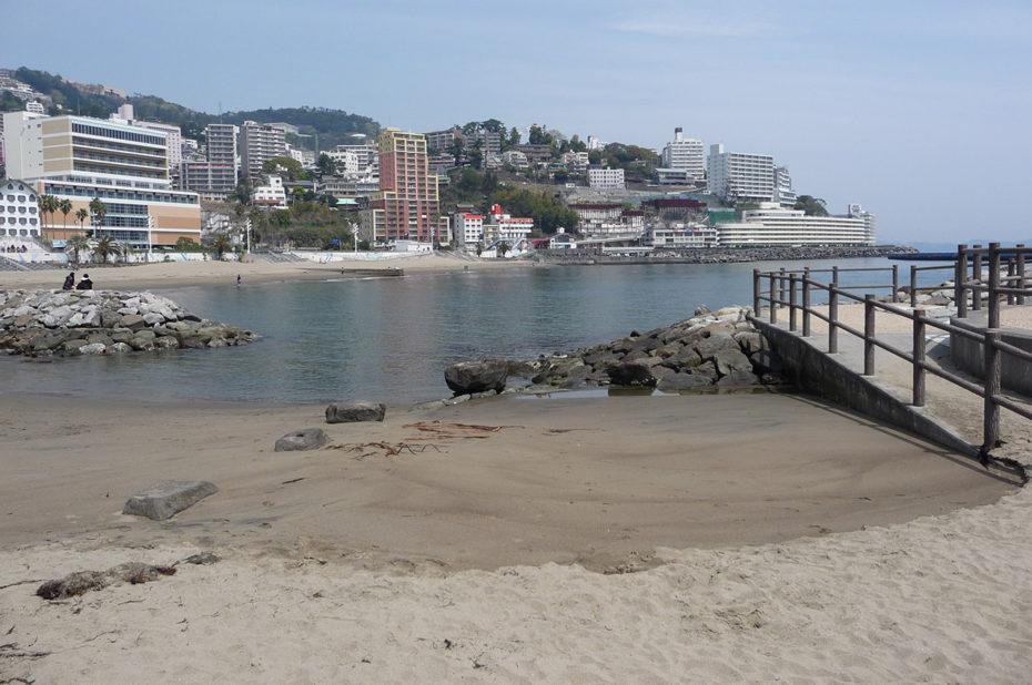 Plage de sable à Atami