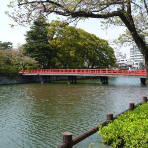 Pont rouge au niveau des douves du château