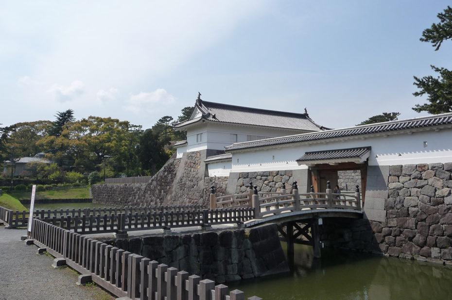 Pont pour traverser les douves et accéder au château