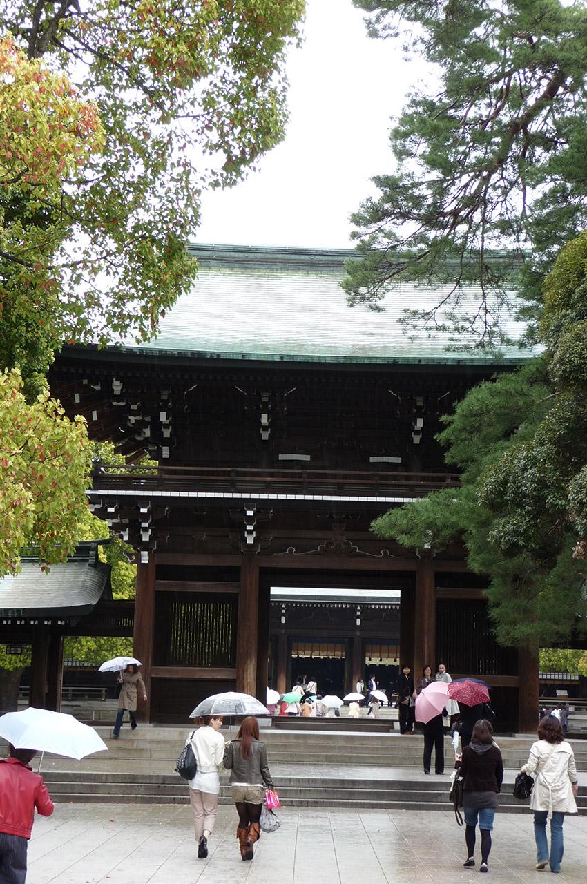 Le sanctuaire Meiji-jingū sous la pluie