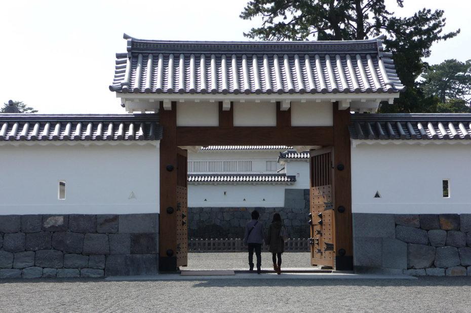 Portail et fortifications du château