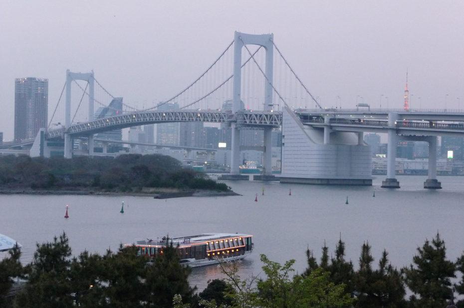 Le Rainbow Bridge à Odaiba, au-dessus de la baie de Tokyo