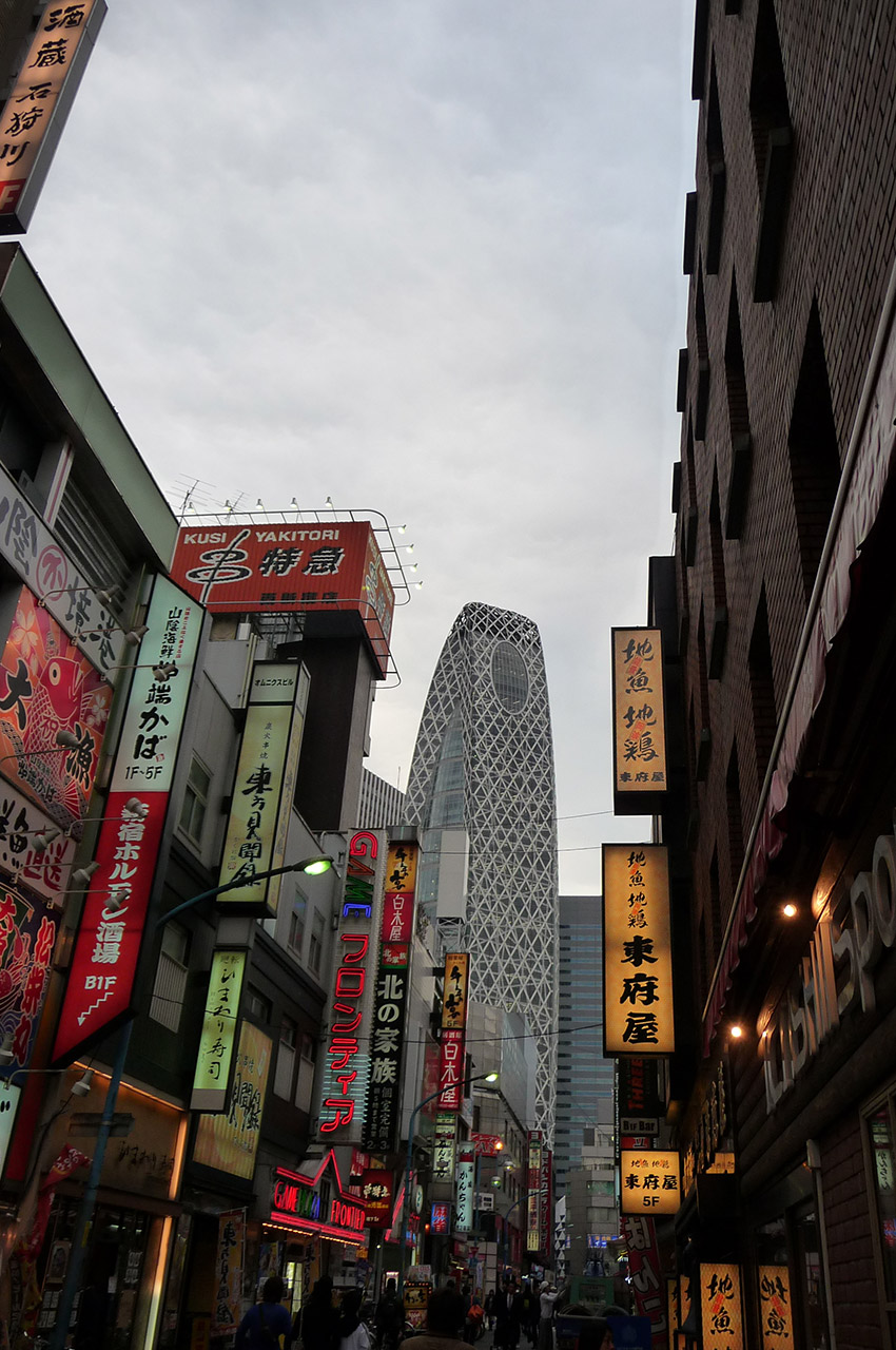 Dans les rues du quartier Shinjuku à Tokyo