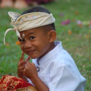 Sourire espiègle d'un jeune Balinais