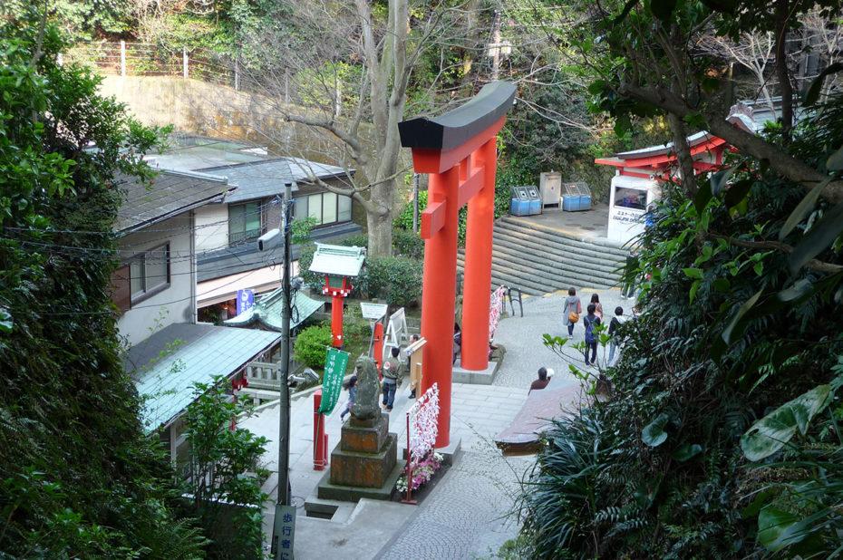 Torii rouge éclatant du sanctuaire Hetsu-no-miya