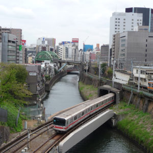 Trains à la gare d'Ochanomizu