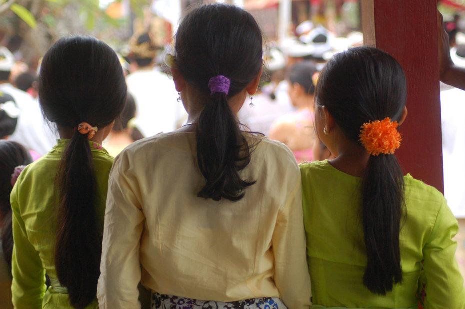 3 jeunes filles à la fête du temple