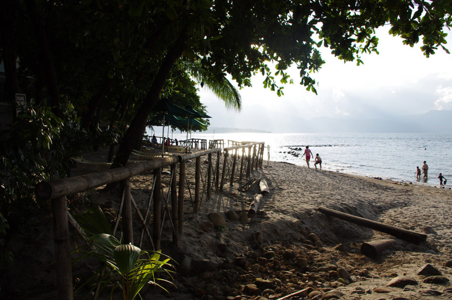 Sur la plage de Camayan Beach au coucher de soleil