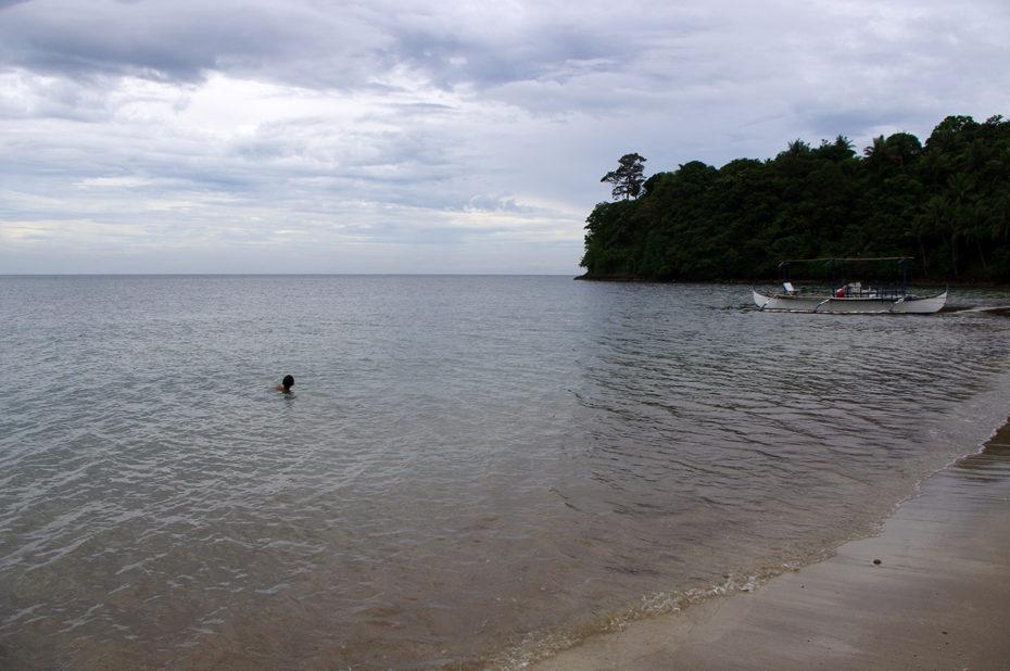 Baignade sur la plage de Bataan Beach