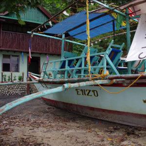 Le bateau Casilyn Sunrise amarré sur la plage de Bataan
