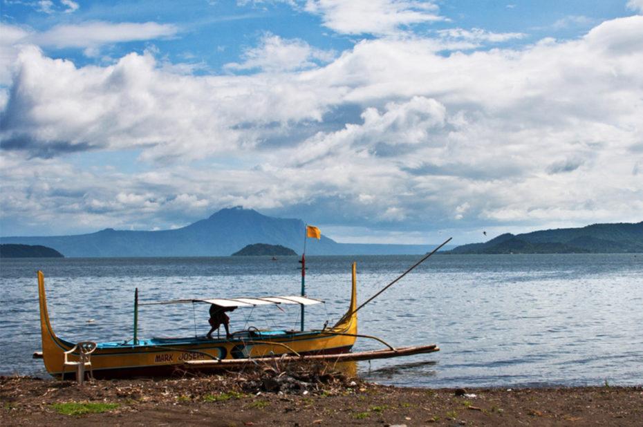 Bateau sur les rives du lac Taal