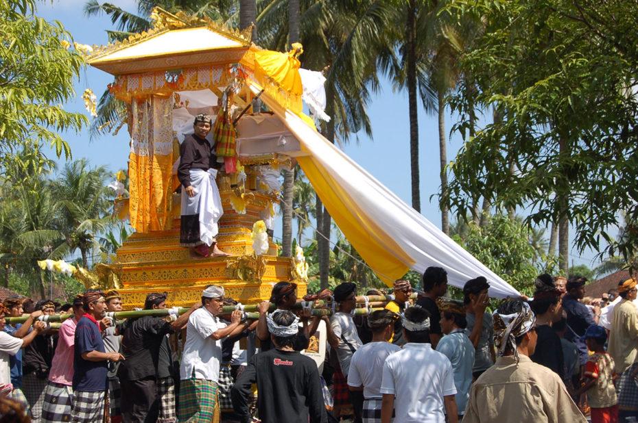 Cérémonie de crémation à Bali