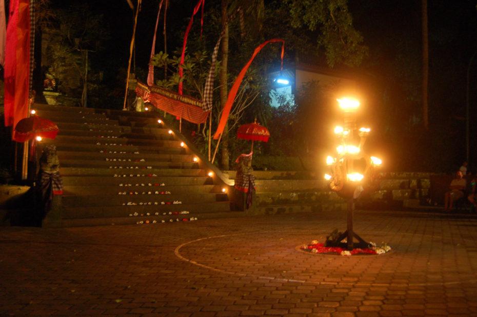 Cérémonie du temple, la nuit