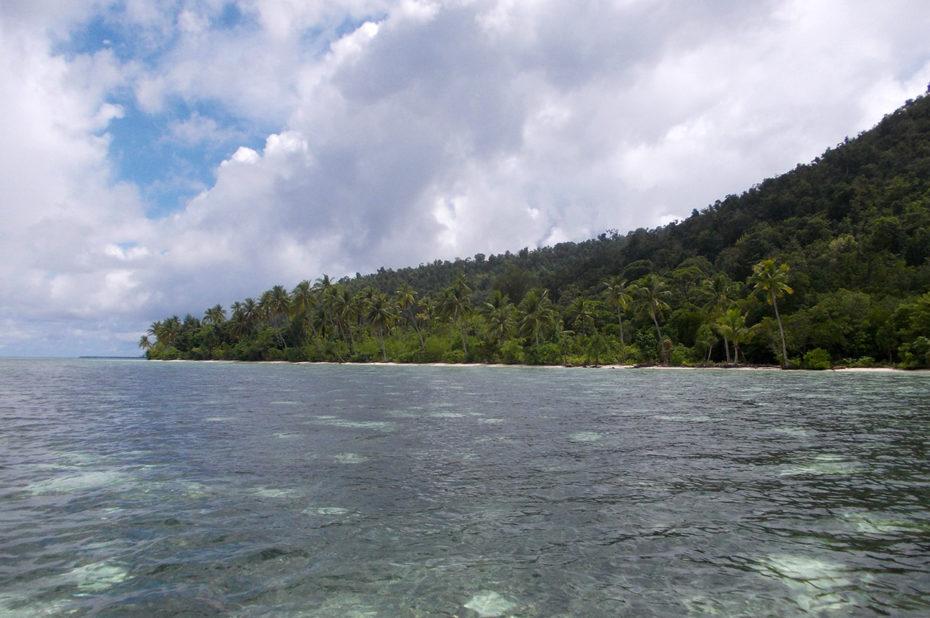 La côte de l'archipel indonésien des Raja Ampat