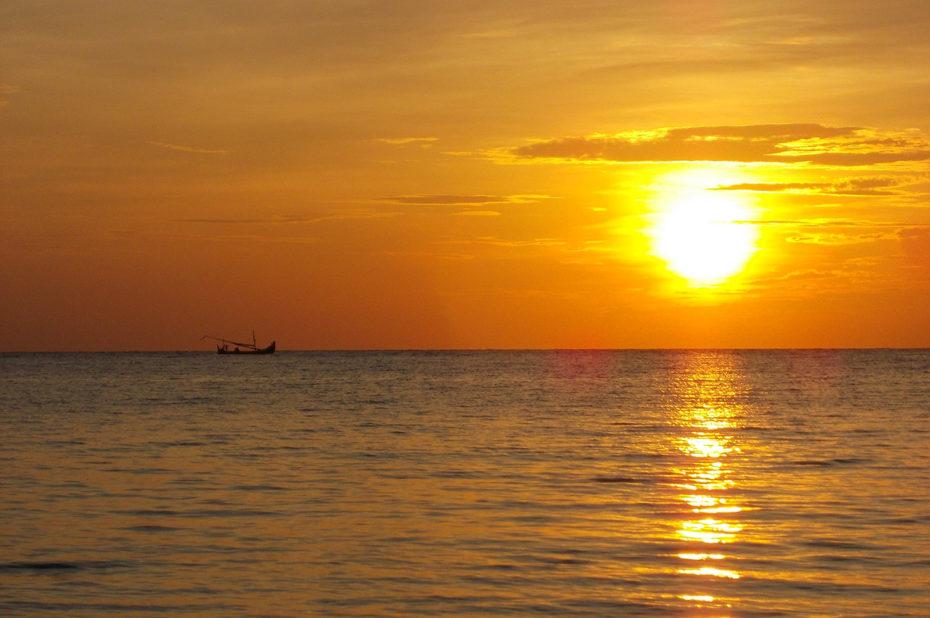 Magnifique coucher de soleil sur l'océan Indien