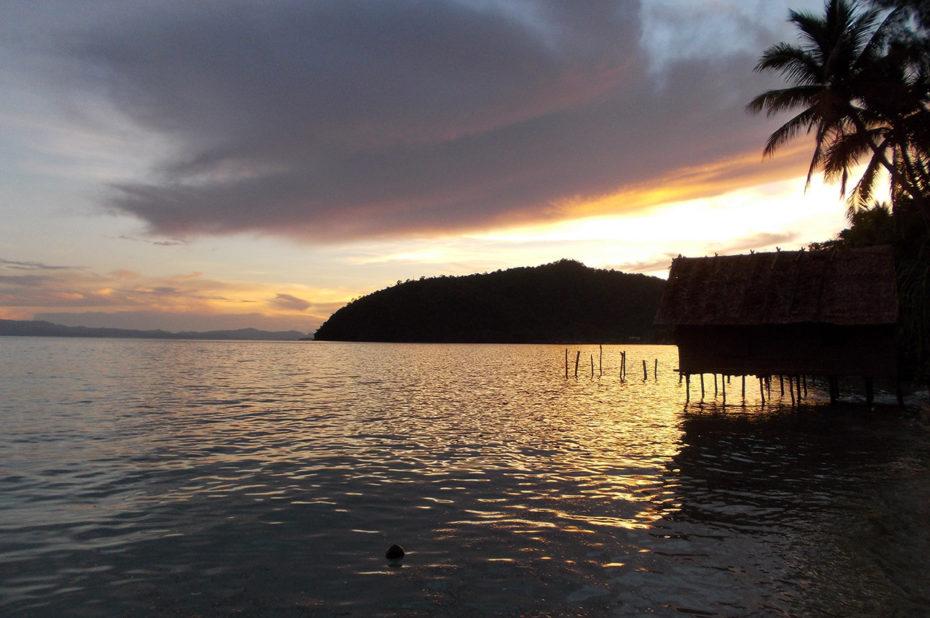 Coucher de soleil sur les eaux calmes de l'archipel des Raja Ampat