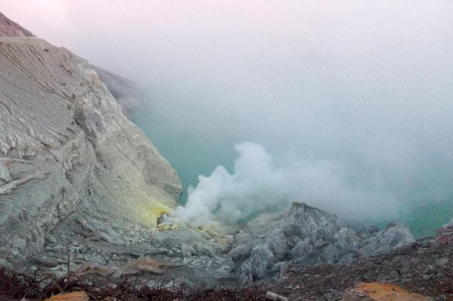 Cratère du volcan Kawah Ijen et son lac d'acide