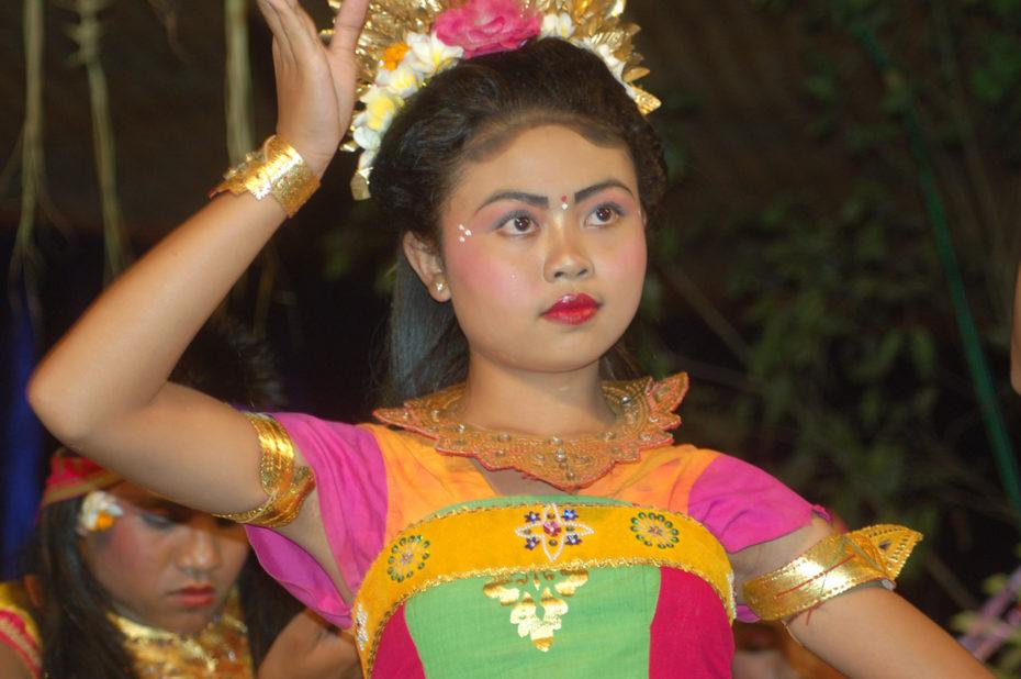 Concentrée sur une danse rituelle