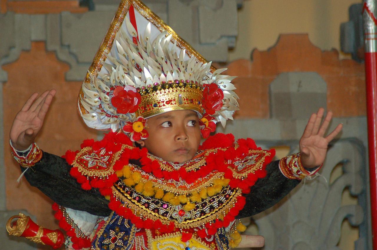 Danse traditionnelle dans un superbe costume coloré