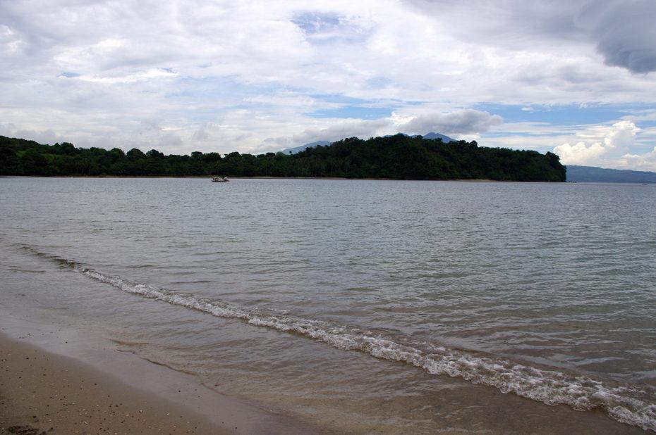 Les eaux de la Baie de Subic se jettent sur Bataan Beach