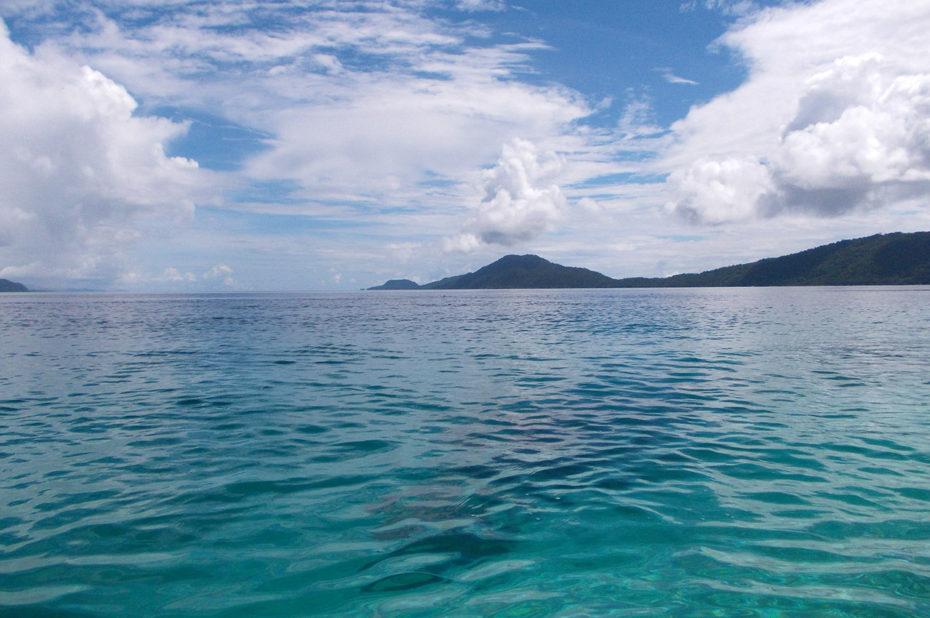 Les eaux turquoises de l'océan dans l'archipel des Raja Ampat