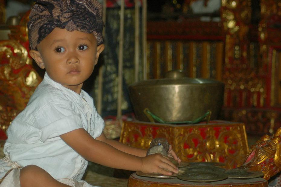 Enfant jouant d'un instrument de musique traditionnel