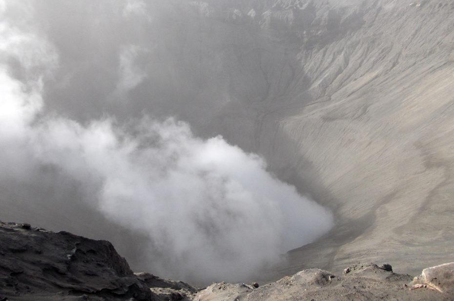 Fumée au centre du cratère du volcan