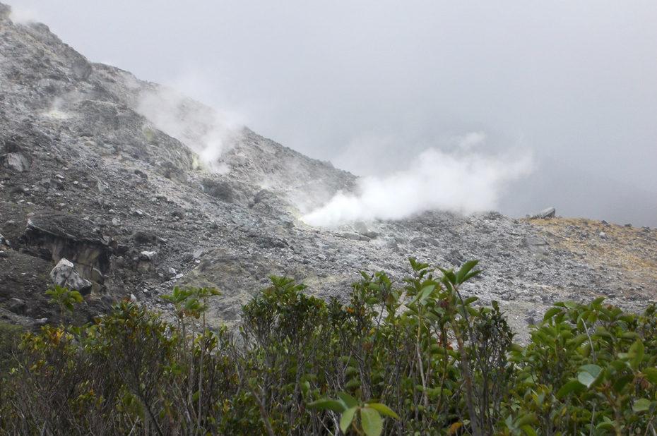 Fumerolle sur le volcan Sibayak à Sumatra