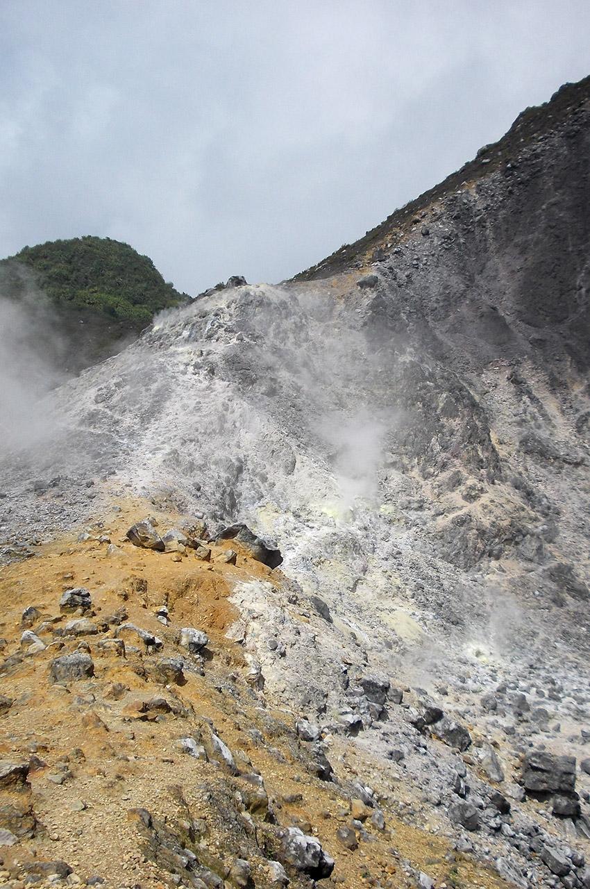 Des gaz s'échappe du volcan