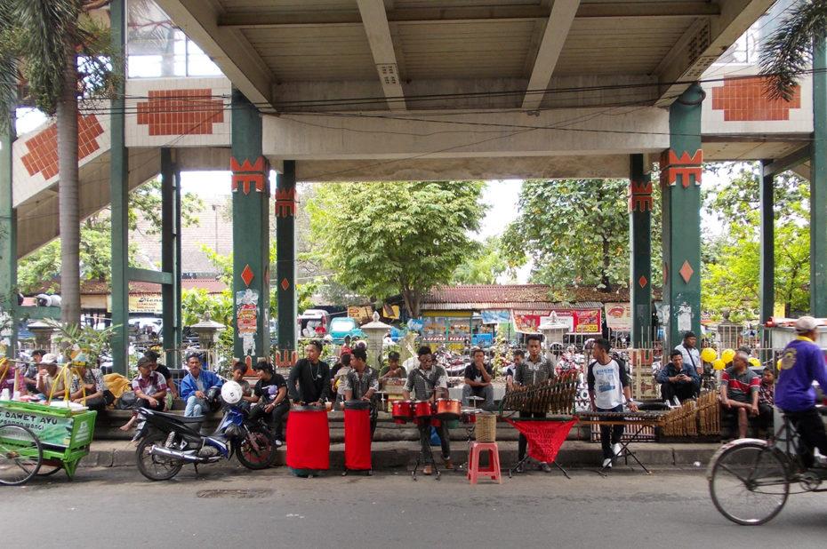 Groupe de musique traditionnelle dans une rue de Jogja
