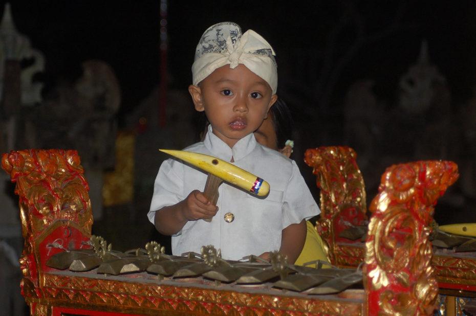 Un très jeune joueur de gamelan