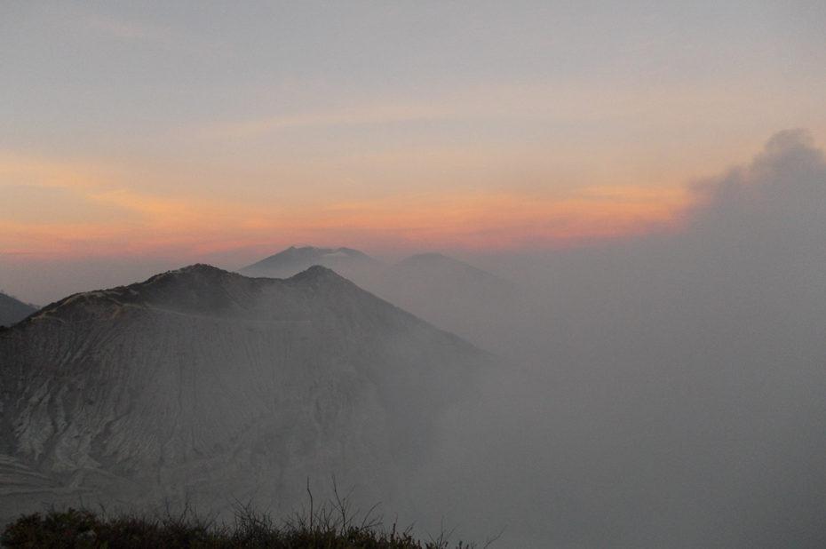 Au lever du soleil, le volcan dans les nuages