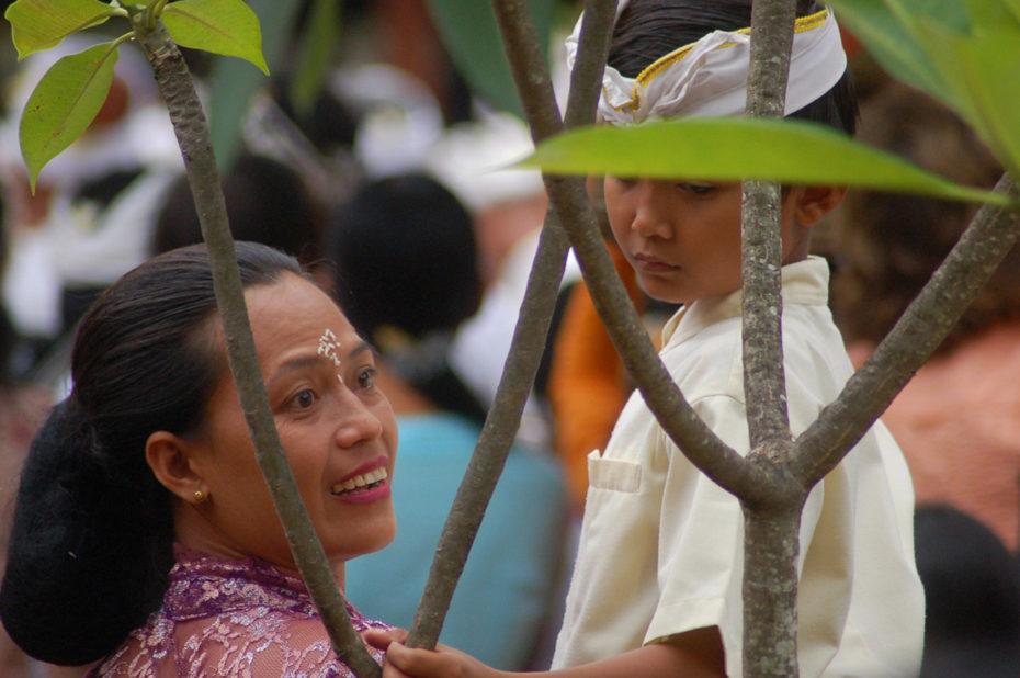 Une mère et son fils lors d'une fête