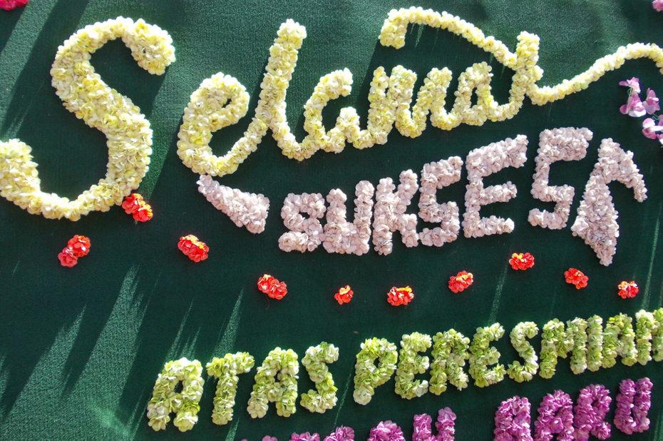Panneau d'affichage fait de fleurs