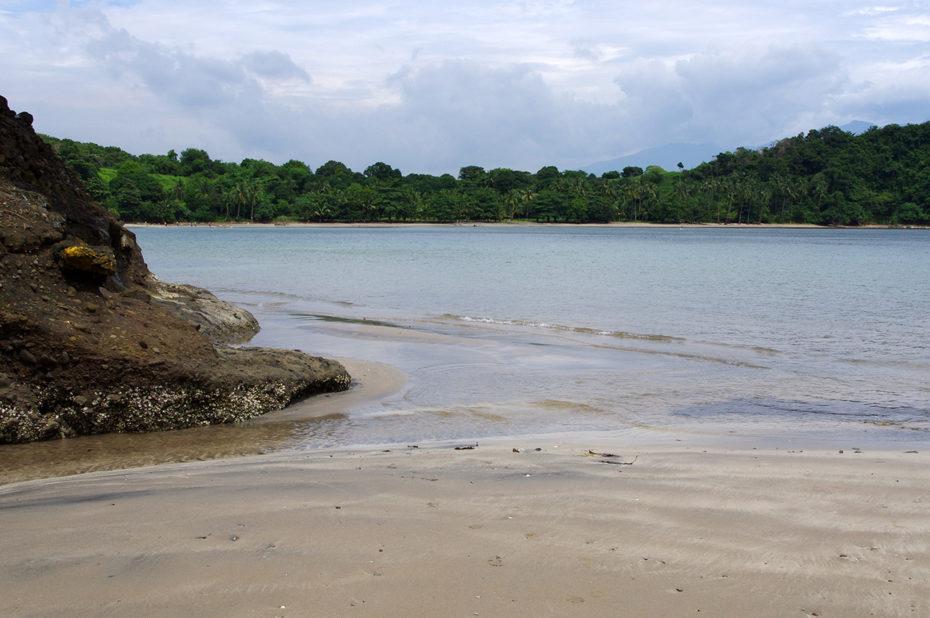 La plage, entre rochers, sable et mer