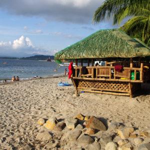 La plage de Camayan donnant sur Subic Bay